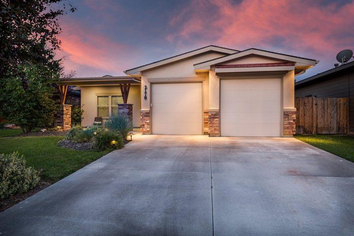 Hvordan sælger en ejendomsmægler din bolig? Forstå metoderne og føl dig tryg!